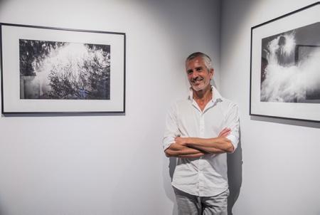 """Le photographe Fabrice Domenet lors de son vernissage """" VERS L INTÉRIEUR"""" à la galerie d'art photographique L'Angle, le 25 septembre 2018 à Hendaye au Pays Basque   Hendaye, Pays Basque, Nouvelle Aquitaine, Pyrénées Atlantiques, Sud Ouest, France, Europe."""