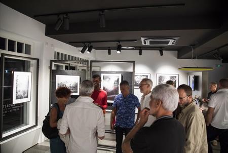 """Vernissage de L'artiste Fabrice Domenet """" VERS L INTÉRIEUR"""" à la galerie d'art photographique L'Angle. le 25 septembre 2018 à Hendaye au Pays Basque   Hendaye, Pays Basque, Nouvelle Aquitaine, Pyrénées Atlantiques, Sud Ouest, France, Europe."""