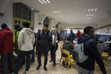 Jean René Etchegaray le maire de la ville de Bayonne, le 26 octobre 2018 lors de l'acceuil des migrants dans une école, acceuil temporaire j'usqua l'ouverture d'un centre d'accueil dans les anciens locaux du centre d'action sociale, quai de Lesseps.De plus en plus de migrants, passent la frontière via l'Espagne  et transitent à Bayonne. © P.Tohier-Photomobile/2018  Bayonne, Pays Basque, Region Nouvelle-Aquitaine, Pyrenees-Atlantiques France, Europe.
