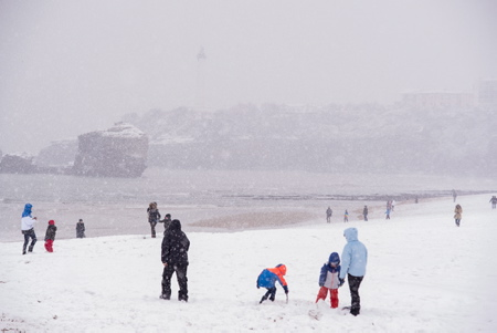 Grande plage de Biarritz au Pays Basque sous la neige le 28 fevrier 2018.  Biarritz, Pays Basque, Region Nouvelle-Aquitaine, Pyrenees-Atlantiques France, Europe.