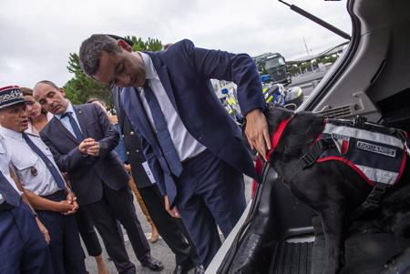 Gérald Darmanin Ministre de l'Action et des Comptes publics en visite à Biarritz au Pays Basque le 29 aout 2018, ici  au péage autoroutier de l'A63 de Biarritz rencontre avec la section de détection canine de la 70 STUPS et soutien des douaniers dans la lutte contre le tabac de contrebande.    Biarritz, Pays Basque, Nouvelle Aquitaine, Pyrénées Atlantiques, Sud Ouest, France, Europe.