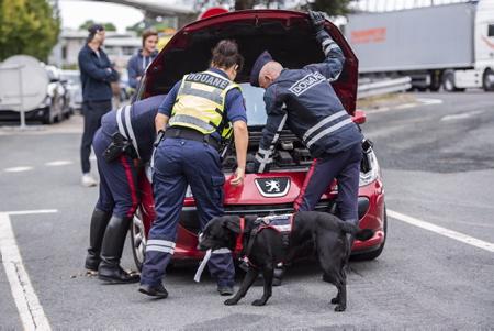 Opération des douanes, avec la section détection canine à Biarritz au Pays Basque le 29 aout 2018, ici au péage autoroutier de l' A63 de Biarritz rencontre avec les douanes et la section détection canine de la 70 STUPS.  Biarritz, Pays Basque, Nouvelle Aquitaine, Pyrénées Atlantiques, Sud Ouest, France, Europe.