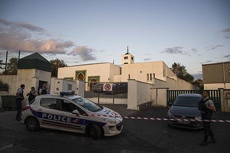 Attaque à la mosquée de Bayonne le 28 octobre au Pays Basque, le suspect est un ancien candidat du Front National, tentative d' incinération de la porte de la mosquée de Bayonne et blessure par balle sur 2 personnes.Le suspect interpellé suite à l'attaque de la mosquée de Bayonne (Pyrénées-Atlantiques), est Claude Sinké, selon une source policière citée par l'AFP. Cet homme de 84 ans avait été candidat du Front National (devenu RN) en 2015 aux élections départementales du canton de Seignanx (Landes), selon les listes officielles. Il avait obtenu 17 % des voix.Attack at the mosque of Bayonne on October 28 in the Basque Country, the suspect is a former candidate of the National Front, attempted to cremate the door of the mosque of Bayonne and gunshot wound on 2 people.The suspect arrested following the attack on the Bayonne mosque (Pyrénées-Atlantiques), is Claude Sinké, according to a police source quoted by AFP. This 84-year-old man had been a candidate of the National Front (now RN) in 2015 in the county elections of the canton of Seignanx (Landes), according to the official lists. He got 17% of the votes.Bayonne, Pays basque, 64 , Nouvelle Aquitaine, Pyrénées Atlantiques, Sud Ouest, France, Europe.New Aquitaine, Basque Country.