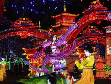 Fééries de Chine, festival des lanternes à Gaillac dans le tarn, le festival des lanternes est un événement majeur de la culture traditionnelle chinoise.Le festival a traversé les frontières dans les année 80 pour se produire dans plus de 50 pays étrangers, Etats-Unis et au Canada. Fruit du jumelage entre Zingong et Gaillac, Ville d'art et d'histoire, le festival des lanternes se compose de 42 tableaux monumentaux, soit près de 1000 lanternes. Les grandes thématiques de la culture traditionnelle chinoise sont présentées, avec comme fil rouge, les Cités Impériales de la route de la Soie sous la dynastie Tang.Le festival valorise aussi le patrimoine et le vignoble gaillacois, le plus ancien des vignobles français et l'harmonie de la nature dans le parc historique classé de Foucaud.                   Gaillac, Tarn, Occitanie, France, Europe, Monde