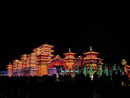 Temple et palais de chine lors des Fééries de Chine, festival des lanternes à Gaillac dans le tarn, le festival des lanternes est un événement majeur de la culture traditionnelle chinoise.Le festival a traversé les frontières dans les année 80 pour se produire dans plus de 50 pays étrangers, Etats-Unis et au Canada. Fruit du jumelage entre Zingong et Gaillac, Ville d'art et d'histoire, le festival des lanternes se compose de 42 tableaux monumentaux, soit près de 1000 lanternes. Les grandes thématiques de la culture traditionnelle chinoise sont présentées, avec comme fil rouge, les Cités Impériales de la route de la Soie sous la dynastie Tang.Le festival valorise aussi le patrimoine et le vignoble gaillacois, le plus ancien des vignobles français et l'harmonie de la nature dans le parc historique classé de Foucaud.                   Gaillac, Tarn, Occitanie, France, Europe, Monde