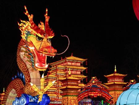 Dragon et palais de chine lors des Fééries de Chine, festival des lanternes à Gaillac dans le tarn, le festival des lanternes est un événement majeur de la culture traditionnelle chinoise.Le festival a traversé les frontières dans les année 80 pour se produire dans plus de 50 pays étrangers, Etats-Unis et au Canada. Fruit du jumelage entre Zingong et Gaillac, Ville d'art et d'histoire, le festival des lanternes se compose de 42 tableaux monumentaux, soit près de 1000 lanternes. Les grandes thématiques de la culture traditionnelle chinoise sont présentées, avec comme fil rouge, les Cités Impériales de la route de la Soie sous la dynastie Tang.Le festival valorise aussi le patrimoine et le vignoble gaillacois, le plus ancien des vignobles français et l'harmonie de la nature dans le parc historique classé de Foucaud.                   Gaillac, Tarn, Occitanie, France, Europe, Monde