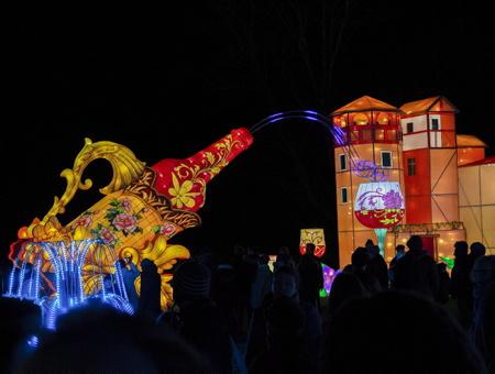 Mise à l'honneur et en lumière du vignoble gaillacois, le plus ancien des vignobles français et l'harmonie de la nature dans le parc historique classé de Foucaud lors des Fééries de Chine, festival des lanternes à Gaillac dans le tarn, le festival des lanternes est un événement majeur de la culture traditionnelle chinoise.Le festival a traversé les frontières dans les année 80 pour se produire dans plus de 50 pays étrangers, Etats-Unis et au Canada. Fruit du jumelage entre Zingong et Gaillac, Ville d'art et d'histoire, le festival des lanternes se compose de 42 tableaux monumentaux, soit près de 1000 lanternes. Les grandes thématiques de la culture traditionnelle chinoise sont présentées, avec comme fil rouge, les Cités Impériales de la route de la Soie sous la dynastie Tang.                  Gaillac, Tarn, Occitanie, France, Europe, Monde