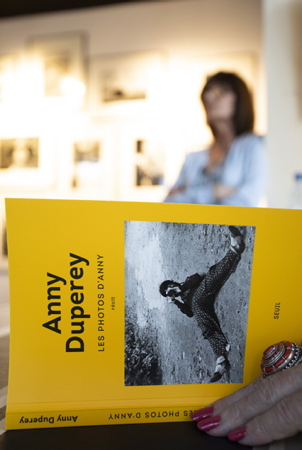 "Anny Duperey en dédicace lors du vernissage de l'exposition ""les photos d'Anny"" et de la signature de son ouvrage du même nom aux éditions du seuil à la galerie photographie L'ANGLE de Hendaye au Pays Basque le vendredi 2 aout 2019.