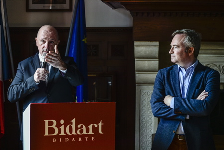 "Intervention du maire de la ville de Bidart Emmanuel Alzuri lors de l'inauguration de la classification ""station tourisme"" en présence des élus locaux et de Jean-Baptiste Lemoyne Secrétaire d'état auprès du Ministre de l'Europe et des Affaires Étrangères à droite sur la photo.