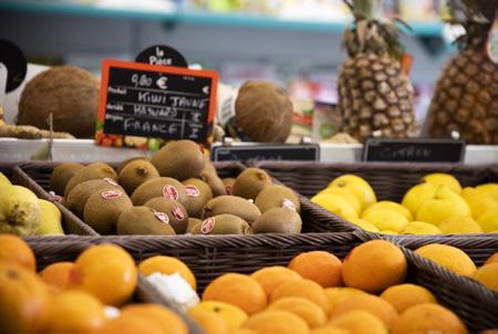 Etalage de fruits et légume chez Christelle et Régis, ils ont repris le Vival d'Ahetze au Pays Basque déja depuis 1 an avec un réaménagement éfficace, une mise en place colorée et un acceuil chaleureux. Vival est une enseigne alimentaire de proximité présente en milieu rural appartenant au groupe Casino. Implanté partout en France, Vival est le réseau comptant le plus grand nombre de franchisés (1700 magasins en 2017). Vival, c'est la supérette de quartier, la petite épicerie de ville ou encore la seule structure du village proposant plusieurs services dans certain village de France.  Ahetze, Pays Basque, Région Nouvelle-Aquitaine, Pyrénées-Atlantiques France, Europe.Basque Country, New Aquitaine Région