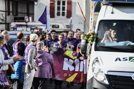 Korrika 2019, et le slogan KLIKA KORRIKA passage de la course de la Korrika a Bayonne le 7 avril 2019 au Pays Basque la Korrika est une course organise par l association AEK ( Alfabetatze Euskalduntze Koordinakundea) association de cours de basque aux adultes afin de lever des fonds pour celle ci.