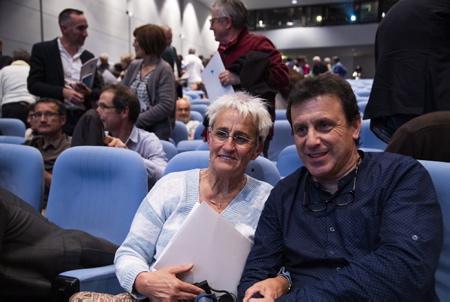 Image symbolique de deux victimes du conflit basque des deux côtés, Axun Lasa, soeur du réfugié basque Joxean Lasa enlevé, torturé et tué par les GAL Groupes Antiterroristes de Libération, à Bayonne en 1983 et Iniaki Garcia ArrizabaLaga dont le père Juan Manuel Garcia  à été enlevé, séquestré et assassiné à San-Sébastian le 23 octobre 1980 par les Commandos Autonomes Anticapitalistes, une dissidence anarchiste de l'ETA lors du forum pour la paix organisé par BAKEBIDEA et les artisans de la paix avec pour thème POUR CONSTRUIRE NOTRE VIVRE ENSEMBLE à Biarritz au Pays Basque Nord.  Symbolic image of two victims of the Basque conflict on both sides, Axun Lasa, sister of the Basque refugee Joxean Lasa abducted, tortured and killed by the LAGs Anti-Terrorist Liberation Groups, in Bayonne in 1983 and Iniaki Garcia Arrizabalaga whose father Juan Manuel Garcia was kidnapped, kidnapped and murdered in San Sebastian on 23 October 1980 by the Autonomous Anti-Capitalist Commandos, an anarchist dissidence of ETA at the peace forum organized by BAKEBIDEA and the peacemakers with the theme TO BUILD OUR LIVE TOGETHER in Biarritz in the North Basque Country.  Biarritz, Pays basque, Nouvelle-Aquitaine, New-Aquitaine, Pyrénées-Atlantiques, Pays Basque, Europe, France.