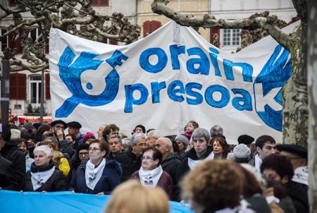 Les familles de prisonniers basque portent une banderole géante Orain Presoak, lors de la manifestation ORAIN PRESOAK (maintenant au tour des prisonniers politiques basque ) le 12 janvier 2019 à Bayonne au Pays basque pour le rapprochement des prisonniers basques, la libération des détenus malades et la fin des juridictions d'exception.  Bayonne, Pays Basque, Region Nouvelle-Aquitaine, Pyrenees-Atlantiques France, Europe.