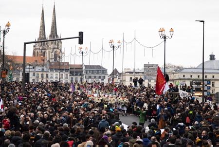Les Joaldunak traverse en tête du cortège lors du départ de la manifestation ORAIN PRESOAK (maintenant au tour des prisonniers politiques basque ) le 12 janvier 2019 à Bayonne au Pays basque pour le rapprochement des prisonniers basques, la libération des détenus malades et la fin des juridictions d'exception.  Bayonne, Pays Basque, Region Nouvelle-Aquitaine, Pyrenees-Atlantiques France, Europe.