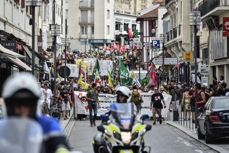 Manifestants et grande manifestation anti G7 le 13 juillet 2019 à Biarritz, à l'Appel de la plate-forme « G7 EZ » pour dire non au G7 qui doit se tenir du 24 au 26 août à Biarritz au Pays Basque. Ils étaient environ un millier d'opposants dans la station balnéaire.