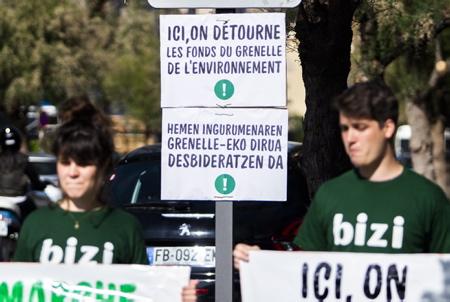 Action de l'association altermondialiste BIZI à Biarritz ce mercredi 15 mai pour dénoncer le détournement de l'argent du grenelle de l'environnent par la ville de Biarritz, ici pour une route ou devais passer le Trambus entièrement refaite et ou finalement uniquement le tout voiture passe.  Action of the altermondialist association BIZI in Biarritz this Wednesday, May 15 to denounce the diversion of money from the Grenelle environment by the city of Biarritz, here for a road where had to pass the completely renovated Trambus and or finally only the whole car passes.  Biarritz, Pays basque, 64 , Nouvelle Aquitaine, Pyrénées Atlantiques, Sud Ouest, France, Europe.