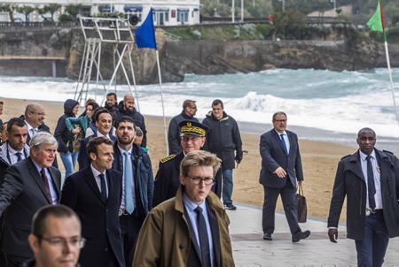 Emmanuel Macron et Michel Veunac à sa droite le maire de la ville de Biarritz lors de sa visite de repérage à Biarritz au Pays Basque dans le cadre du futur G7 de cet été 2019.