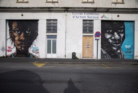 """Immigration au Pays Basque, Le centre d'accueil provisoire PAUSA ( la pause ) en basque va bénéficier d'un fonds abondé par Olivier Grain, ancien industriel devenu mécène. 250 000 euros seront versés, notamment pour aider l'accompagnement des migrants mineurs. En photo, Peinture murale, Graff de street art de Deuz,  Artiste Peintre marseillais à côté de l'entrée du centre PAUSA sur le thème """"accueil des migrants"""", à Bayonne au Pays Basque.  Immigration to the Basque Country, The provisional reception center PAUSA (the break) in Basque will benefit from a fund supplemented by Olivier Grain, former industrialist who has become a patron. 250,000 euros will be paid, in particular to help support migrant minors. In photo, Mural painting, Street art graff by Deuz, Marseilles Artist Painter next to the entrance to the PAUSA center on the theme """"welcoming migrants"""", in Bayonne in the Basque Country  Bayonne, Pays basque, 64 , Nouvelle Aquitaine, Pyrénées Atlantiques, Sud Ouest, France, Europe. New Aquitaine, Basque Country."""