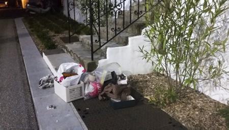 L'association de la plateforme citoyenne d'Ahetze AHH pour : Ahetzeko Herritarren Hitza lance un nouveau cri d'alarme face au non respect de leur village et de la brocante, vide-greniers de ce joli village du Labourd. Une vue devenus insupportable avec le dépôt des immondices et divers déchets laissé par quelques exposants seulement à chaque édition et en grande quantité est intolérable. L'Association à déjà effectué plusieurs ramassage de son propre chef et les services de la Mairie eux aussi effectue le ramassage après chaque édition. Mais le problème n'est pas là ...ce que veulent les Aheztar c'est tout simplement le respect de leur village et de leur brocante qui à lieu chaque 3eme dimanche de chaque mois et qui est maintenant reconnue à travers tout le Pays basque.Celle-ci apporte au associations du village une manne financières non négligeable ( chaque mois une association différente d'Ahetze bénéficie d'un emplacement réserve pour recueillir quelques bénéfices ) L'association AHH demande donc à travers ce cri d'alarme à l'association de la brocante et à la Mairie d'Ahetze de réagir et rappel que selon la loi du 15 juillet 1975, article L541-2 et L541-3 du code de l'environnement que tout dépôts sauvage de déchets, encombrant etc est passible d'une contravention pouvant aller jusqu'à 1500 euros.   Ahetze, Pays Basque, Region Nouvelle-Aquitaine, Pyrenees-Atlantiques France, Europe.