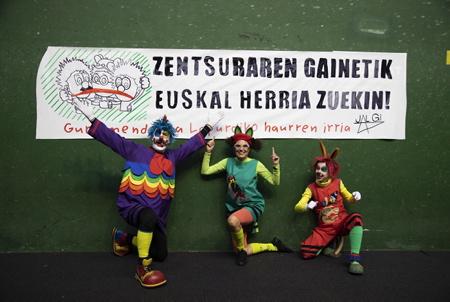 """Pirritx, Porrotx (à gauche) et Marimotots en spectacle à Ascain au Pays basque le 24 novembre 2019. Ils posent devant une banderole en langue basque """" Au dela de la censure le Pays basque est avec vous"""". La nouvelle municipalité de Pampelune a censuré leur spectacle en leurs interdisant une représentation sous prétexte de vice de forme administratif. La chargée de Culture de la Mairie d'Iruñea, Maria Garcia-Barberena, indique que le contrat signé en juin dernier avec la précédente mandature était """"irrégulier"""". L'avocat des clowns, Iñigo Sancho, répond que le contrat signé avec l'élue d'EH Bildu Maider Beloki était correct. La droite dure navarraise tente de freiner l'essor de la culture basque dans ce qui est pour eux la Navarre et non Euskal Herri ( le Pays basque). Aiora zulaika, Joxe Mari Agirretxe et Mertxe Rodriguez sont les trois acteurs formant le trio de clowns Pirritx, Porrotx et Marimotots sont aujourd'hui les clowns les plus connus et les plus en vogue du pays basque.  Pirritx, Porrotx (on left) eta Marimotots performing in Ascain in the Basque Country on November 24, 2019. The new municipality of Pamplona has censored their show by prohibiting a representation under the pretext of administrative deformity. Iruñea Mayor Maria Garcia-Barberena, responsible for culture, said the contract signed last June with the previous term was """"irregular"""". The clown's lawyer, Iñigo Sancho, replies that the contract signed with EH Bildu's elector Maider Beloki was correct. The hard Navarre right is trying to slow down the rise of Basque culture in what is for them Navarre and not Euskal Herri (Basque Country). Aiora Zulaika, Joxe Mari Agirretxe and Mertxe Rodriguez are the three actors forming the trio of Pirritx clowns, Porrotx eta Marimotots are today the most famous and most popular clowns of the Basque country.  Ascain, Pays basque, Nouvelle Aquitaine, Pyrénées-Atlantiques, New Aquitaine, Basque Country, Europe, France."""