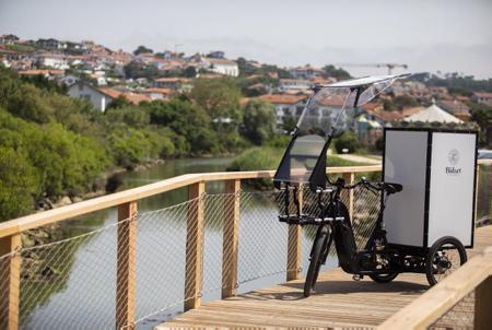 Le VUF Bike pour Vélo Utilitaire Français, assemblé à Mauléon-Licharre province de la Soule en Pays Basque.Le VUF est un vélo cargo à trois roues à assistance électrique « sur-mesure » permettant le transport de charges et volume importants. Ici à Bidart au Pays Basque province du Labourd, la mairie de Bidart à acquis un exemplaire avec plusieurs options pour la sommes de 10 000 Euros, les VUF sont équipés de batterie très puissantes pour la tractation.  The VUF Bike for French Utility Bike, assembled in Mauléon-Licharre in the province of Soule in the Basque Country. Here in Bidart in the Basque Country province of Labourd, the town hall of Bidart has acquired a copy with several options for the sum of 10,000 Euros, the VUF are equipped with very powerful batteries for towing.  Bidart, Pays basque, Nouvelle-Aquitaine, New-Aquitaine, Pyrénées-Atlantiques, Pays Basque, Europe, France.