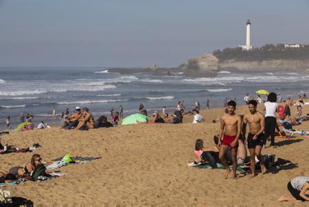 Grande plage de Biarritz le 27 fevrier 2019 27° les locaux et touristes prennent d assaut la grande plage de Biarritz au pays basque.  Pays basque, Nouvelle Aquitaine, Pyrénées-Atlantiques, Pays Basque, Europe, France.
