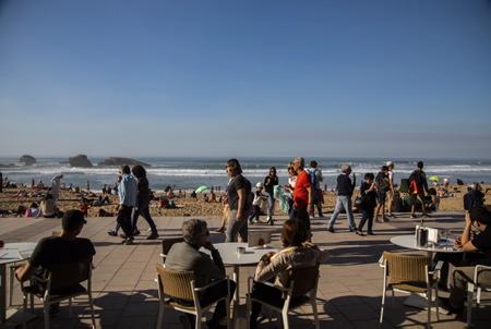 La terrasse du café de la grande plage face à la grande plage de Biarritz le 27 fevrier 2019 lors de vacances, une météo clémente avec une temperature de 27° les locaux et touristes prennent d assaut la grande plage de Biarritz au pays basque.  Pays basque, Nouvelle Aquitaine, Pyrénées-Atlantiques, Pays Basque, Europe, France.