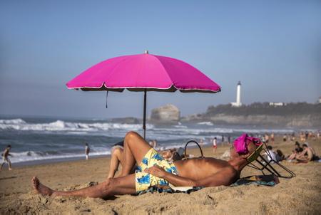 Grande plage de Biarritz le 27 fevrier 2019 lors de vacances, une météo clémente avec une temperature de 27° les locaux et touristes prennent d assaut la grande plage de Biarritz au pays basque.  Pays basque, Nouvelle Aquitaine, Pyrénées-Atlantiques, Pays Basque, Europe, France.