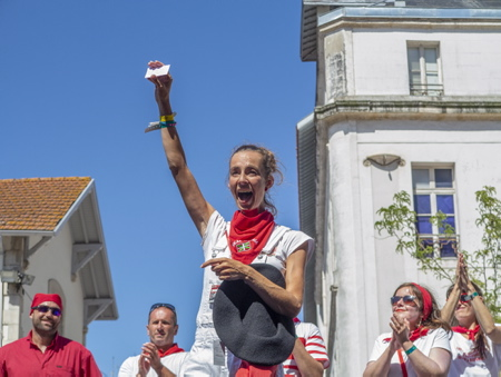 La joie de Itziar vainqueur de la première édition du défi Irrintzina ouvert aux festayres lors des fêtes de Bayonne 2019 avec sa BOINA et un pass 