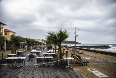 Anglet au Pays basque, terrasses de restaurants au bord de l'océan, de la mer dans le quartier de la chambre d'amour. Coronavirus, Covid-19, marquage de sécurité et distanciation sociale pour assurer les distances entre les clients.