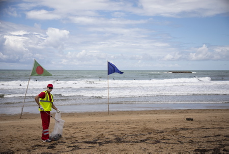 Journée Mondiale Des Océans, nettoyage des plages et ramassage des dechets, ici sur la grande plage de Biarritz au Pays basque par les employés municipaux de la Mairie de Biarritz.