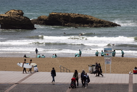 Les basques redécouvre les plaisirs de la plage et de l'Océan, de la mer apres la fermeture et réouverture des plages au Pays basque suite à la pandémie du Coronavirus, Covid-19 ici à Biarritz sur la grande plage la vie reprend son cours entre surfeurs, touristes et locaux.
