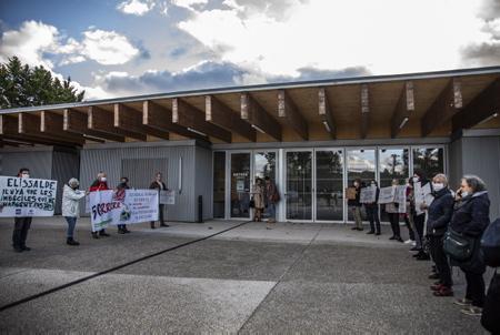 """Rassemblement et manifestants des associations Ahh Ahetzeko Herritarren Hitza, Askilinky, ACE Hendaye et Linkyrik Ez, avec banderoles et pancartes anti 5G pour appuyer la demande d'un moratoire à l'échelle de l'Aglomération Pays Basque. Eneko Aldana, le plus jeune Maire de la côte basque et du Pays basque, Maire de la ville de Ciboure et Président du """" Pôle Sud Pays Basque """" de la Communauté Pays Basque à réunit les élus(e) délégué(es) à la Communauté d'Agglomération Sud Pays basque,  le mercredi 14 octobre à Ciboure pour traiter de la 5G, avant de faire une proposition de moratoire à la CAPB.  Rally and demonstrators from Ahh Ahetzeko Herritarren Hitza, Askilinky, ACE Hendaye and Linkyrik Ez associations, with anti 5G banners and placards to support the demand for a moratorium on the scale of the Basque Country. Eneko Aldana, the youngest Mayor of the Basque coast and the Basque Country, Mayor of the city of Ciboure and President of the """"South Pole Basque Country"""" of the Basque Country Community, brings together the elected representatives of the Community of Agglomeration South Basque Country, Wednesday October 14 in Ciboure to deal with 5G, before making a moratorium proposal to the CAPB.  Ciboure, Pays Basque, Nouvelle Aquitaine, New Aquitaine, Basque Country, Pyrénées Atlantiques, Sud Ouest, France, Europe."""