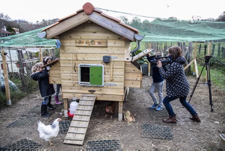 France 3 Euskal Herri Pays basque, chaine locale du Pays basque en reportage et tournage à Ahetze au Pays basque sur l'association Oilategi, un poulailler collectif mais pas que. L'association l'environnementale permet aux Aheztar de réduire leurs déchets organiques grâce à un poulailler et des composteurs partagés. L'association a pour but de sensibiliser le public aux problématiques de gaspillage alimentaire, à la réduction des déchets organiques et leur valorisation, d'encourager les initiatives en faveur de l'environnement et au recyclage. La biodiversité est mise en avant par le choix d'une race locale basque, les poules de race Euskal Oiloa. Le poulailler collectif est un lieu de rencontres et d'échanges, vecteur de lien social, et ce lien est renforcé par une plateforme innovante et connectée. Ce poulailler associatif se trouve au sein des Jardins Partagés du village pour un partenariat autour de la Nature.  France 3 Euskal Herri Pays basque, local channel from the Basque Country reporting and filming in Ahetze in the Basque Country on the Oilategi association, a collective henhouse but not only. The environmental association allows the Aheztar to reduce their organic waste thanks to a shared henhouse and composters. The association aims to raise public awareness of food waste issues, to reduce organic waste and its recovery, to encourage initiatives in favor of the environment and recycling. Biodiversity is highlighted by the choice of a local Basque breed, the Euskal Oiloa hens. The collective henhouse is a place of meetings and exchanges, a vector of social links, and this link is reinforced by an innovative and connected platform. This associative henhouse is located within the Shared Gardens of the village for a partnership around Nature.  Ahetze, Pays basque, 64 , Nouvelle Aquitaine, Pyrénées Atlantiques, Sud Ouest, South West, France, Europe.New Aquitaine, Basque Country.