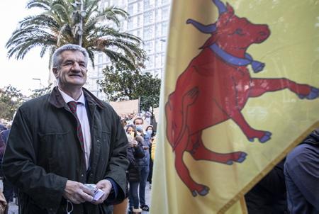 """Jean Lassalle Député des Pyrénées-Atlantiques et Président du mouvement Résistons avec le drapeau Béarnais, arrive à Biarritz sur la Manifestation des commercants au Pays basque le 21 novembre 2020, contre le reconfinement des commerçants de Bayonne, Anglet, Biarritz, Saint-Jean-de-Luz et Pays basque intérieur. Ils affirment """"quoi qu'il arrive, nous ouvrirons nos commerces ce 1er décembre""""   Jean Lassalle Member of the Pyrénées-Atlantiques and President of the Resistons movement whith the Béarnais flag, arrives in Biarritz on the Demonstration of traders in the Basque Country on November 21, 2020, against the re-containment of traders from Bayonne, Anglet, Biarritz, Saint-Jean-de-Luz and Basque Country interior. They say """"whatever happens, we will open our businesses this December 1""""  Biarritz, Pays Basque, Nouvelle Aquitaine, New Aquitaine, Basque Country, Pyrénées Atlantiques, Sud Ouest, France, Europe."""