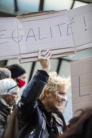 """Une commercante de Biarritz avec un MASQUE TRANSPARENT et une pancarte EGALITE lors d'une manifestation à Biarritz au Pays basque le 21 novembre 2020, contre le reconfinement des commerçants de Bayonne, Anglet, Biarritz et Saint-Jean-de-Luz et affirment """"quoi qu'il arrive, nous ouvrirons nos commerces ce 1er décembre""""  A shopkeeper from Biarritz with a TRANSPARENT MASK and an EGALITE sign during a demonstration in Biarritz in the Basque Country on November 21, 2020, against the re-containment of traders from Bayonne, Anglet, Biarritz and Saint-Jean-de-Luz and affirm """"what that it arrives, we will open our businesses this December 1st """"  Biarritz, Pays Basque, Nouvelle Aquitaine, New Aquitaine, Basque Country, Pyrénées Atlantiques, Sud Ouest, France, Europe."""