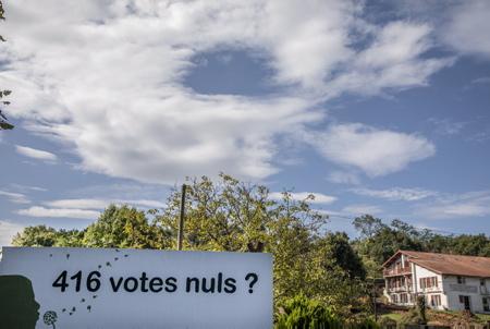 """Pancarte de revendication de la liste d'opposition à Arbonne à l'entrée du village. Annulation des élections municipales de 2020 de cette commune au Pays basque, par le tribunal administratif de Pau. La liste d'opposition a Arbonne au Pays basque, la liste d'opposition Basque, """"Hats berri bat Arbonari"""" (un nouveau souffle a Arbonne)  avait déposé un recours au tribunal administratif de Pau. Concernant la maire d'Arbonne Marie-Josée Mialocq, lors des élections elle avait déposé un recours (réélue au premier tour), pour contester la nationalité espagnole d'un colistier, cinquième de la liste d'opposition, qui n'avait pas été rapportée sur le bulletin, comme le code électoral l'impose.  Sign of demand from the Arbonne opposition list at the entrance to the village. Cancellation of the 2020 municipal elections of this municipality in the Basque Country, by the administrative court of Pau. The opposition list in Arbonne in the Basque Country, the Basque opposition list, """"Hats berri beats Arbonari"""" (a new lease of life in Arbonne) had filed an appeal with the administrative court of Pau. Regarding the mayor of Arbonne Marie-Josée Mialocq, during the elections she lodged an appeal (reelected in the first round), to challenge the Spanish nationality of a running mate, fifth on the opposition list, who had not been reported on the ballot, as required by the electoral code.  Arbonne, Pays Basque, Euskal Herri, Basque Country, Nouvelle Aquitaine, New Aquitaine, Pyrénées Atlantiques, Sud Ouest, France, Europe."""