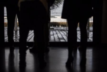 Silhouettes en contre jour du public et de participants a un congrès, un séminaire, un evenement, face à l'océan à Anglet au Pays basque à l'espace de l'océan.  Backlit silhouettes of the public and participants in a congress, a seminar, an event, facing the ocean in Anglet in the Basque Country at the ocean space.  Anglet, Pays basque, 64 , Nouvelle Aquitaine, Pyrénées Atlantiques, Sud Ouest, France, Europe. New Aquitaine, Basque Country.