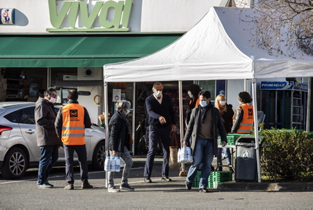 Bénévoles en place pour la réception des denrées alimentaires, pour la collecte annuelle de la Banque Alimentaire, ici devant un magasin VIVAL à Ahetze au Pays basque. Cette année, une récolte de 663 Kg soit l'équivalent de 1300 repas pour cette première édition dans ce village basque. Action de la Banque Alimantaire à Ahetze au Pays basque. Banque Alimentaire de Bayonne et du Pays basque. C'est une chaîne de solidarité unique à l'initiative de Bernard Dandrel lancée en 1984.  Volunteers in place for the reception of foodstuffs, for the annual collection of the Food Bank, here in front of a VIVAL store in Ahetze in the Basque Country. This year, a harvest of 663 kg is the equivalent of 1300 meals for this first edition in this Basque village. Action of the Food Bank in Ahetze in the Basque Country. Food Bank of Bayonne and the Basque Country. It is a unique solidarity chain at the initiative of Bernard Dandrel, launched in 1984.  Ahetze, Pays Basque, Nouvelle Aquitaine, New Aquitaine, Basque Country, Pyrénées Atlantiques, Sud Ouest, France, Europe.