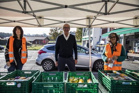 De G à D Gaëlle Chargois conseillère municipale d'Ahetze, Jean-Luc Lesure Vice Président de la Banque Alimentaire de Bayonne et du Pays basque et Isabelle Elissalde. Bénévoles en place pour la réception des denrées alimentaires, pour la collecte annuelle de la Banque Alimentaire, ici devant un magasin VIVAL à Ahetze au Pays basque. Cette année, une récolte de 663 Kg soit l'équivalent de 1300 repas pour cette première édition dans ce village basque. Action de la Banque Alimantaire à Ahetze au Pays basque. Banque Alimentaire de Bayonne et du Pays basque. C'est une chaîne de solidarité unique à l'initiative de Bernard Dandrel lancée en 1984.  From L to D Gaëlle Chargois municipal councilor of Ahetze, Jean-Luc Lesure Vice President of the Food Bank of Bayonne and the Basque Country and Isabelle Elissalde. Volunteers in place for the reception of foodstuffs, for the annual collection of the Food Bank, here in front of a VIVAL store in Ahetze in the Basque Country. This year, a harvest of 663 kg is the equivalent of 1300 meals for this first edition in this Basque village. Action of the Food Bank in Ahetze in the Basque Country. Food Bank of Bayonne and the Basque Country. It is a unique solidarity chain at the initiative of Bernard Dandrel, launched in 1984.  Ahetze, Pays Basque, Nouvelle Aquitaine, New Aquitaine, Basque Country, Pyrénées Atlantiques, Sud Ouest, France, Europe.