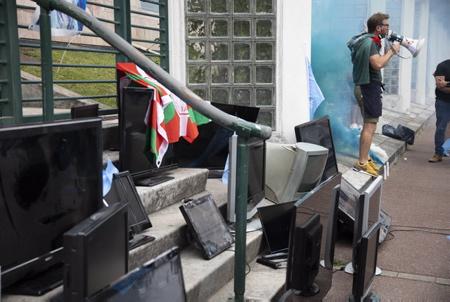 XINA du Café des Pyrénées (photo) et du collectif les cafetiers en colère (Kasu Kasu ostatalariak kexu ) EN BASQUE, ici en action symbolique vers et devant devant la sous-préfecture de Bayonne au Pays basque le  vendredi 11 juin 2021, avec le dépot de vieux écrans de télévision cathodiques .Ceci en réaction à l'arrêté préfectoral qui interdit la diffusion sur écran du match de rugby de barrage entre le Biarritz Olympique Pays basque et l'Aviron Bayonnais du 12 juin 2021. L'Umih (Union des métiers et des industries de l'hôtellerie) lui  a affiché son mécontentement dans un communiqué.   XINA from Café des Pyrénées (photo) The collective angry cafetiers (Kasu Kasu ostatalariak kexu) IN BASQUE, here in symbolic action towards and in front of the sub-prefecture of Bayonne in the Basque Country on Friday June 11, 2021, with the deposit of old cathode-ray television screens. reaction to the prefectural decree which prohibits the broadcast on screen of the play-off rugby match between the Biarritz Olympique Pays Basque and the Aviron Bayonnais of June 12, 2021. The Umih (Union of trades and hospitality industries) him posted his dissatisfaction in a statement.  Bayonne, Pays basque, Nouvelle-Aquitaine, New-Aquitaine, Pyrénées-Atlantiques, Pays Basque, Europe, France.