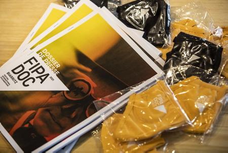 Dossier de presse du FIPADOC 2021 et les masques de protections estampillés du logo du festival de documentaires. Le FIPADOC aura bien lieu et que l'équipe y travaille avec la mairie de Biarritz pour des éventuelles projections du 10 au 14 mars. Sans possibilité de réalisées celles-ci, une option en avril serait possible en fonction si la pandémie du coronavirus, covid-19 et les conditions sanitaires le permettent.  FIPADOC 2021 press kit and protective masks stamped with the logo of the documentary festival. The FIPADOC will take place and that the team work there with the town hall of Biarritz for possible screenings from March 10 to 14. Without the possibility of carrying out these, an option in April would be possible depending on whether the pandemic of the coronavirus, covid-19 and the sanitary conditions allow it.  Biarritz, Pays basque, 64 , Nouvelle Aquitaine, Pyrénées Atlantiques, Sud Ouest, France, Europe. New Aquitaine, Basque Country.