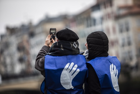 Un couple fait un selfie lors de la manifestation et  appel de BAKE BIDEA et des ARTISANTS DE LA PAIX, pour la réalisation d'une chaine humaine lumineuse ORAIN PRESOAK, maintenant les prisonnier en Euskara, la langue basque le 09 janvier 2020 au Pays basque à Bayonne. Un peu plus de 2000 personnes étaient présentes malgrès le froid.  A couple makes a selfie during the demonstration and appeal of BAKE BIDEA and the ARTISANTS OF PEACE, for the realization of a luminous human chain ORAIN PRESOAK, now prisoners in Euskara, the Basque language on January 09, 2020 in the Basque Country in Bayonne. A little over 2,000 people were present despite the cold.  Bayonne, Pays basque, 64 , Nouvelle Aquitaine, Pyrénées Atlantiques, Sud Ouest, France, Europe. New Aquitaine, Basque Country.