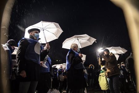 Elues et Elus du Pays basque avec leur parapluies blancs symbolisant la lumière (ARGI) au centre Michel Veunac ancien maire de Biarritz photographié par l'artiste plasticien ZIGOR, lors de la chaine humaine à Bayonne. 2000 personnes à Bayonne lors de l' appel de BAKE BIDEA et des ARTISANTS DE LA PAIX, pour la réalisation d'une chaine humaine lumineuse ORAIN PRESOAK, maintenant les prisonnier en Euskara, la langue basque le 09 janvier 2020 au Pays basque à Bayonne.  Elected and Elected of the Basque Country with their white umbrellas symbolizing light (ARGI) at the Michel Veunac center, former mayor of Biarritz photographed by the plastic artist ZIGOR, during the human chain in Bayonne. 2000 people in Bayonne during the call of BAKE BIDEA and ARTISANTS DE LA PAIX, for the realization of a luminous human chain ORAIN PRESOAK, now prisoners in Euskara, the Basque language on January 9, 2020 in the Basque Country in Bayonne.  Bayonne, Pays basque, 64 , Nouvelle Aquitaine, Pyrénées Atlantiques, Sud Ouest, France, Europe. New Aquitaine, Basque Country.