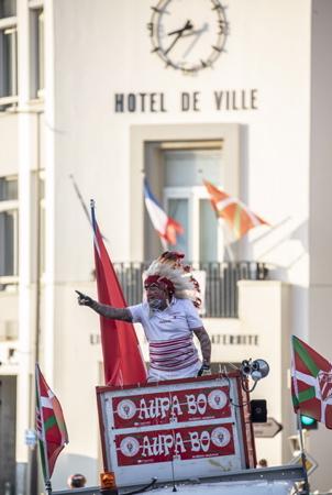Géronimo, (Robert Rabagny ) l'ancienne mascotte du BOPB, présent au match grâce au président de Bayonne et bien sur dans les rues de Biarritz ( photo ).Sortie de la FAN ZONE, Les Fans du BOPB, Biarritz Olympique Pays Basque apres ce derby, heureux de leur victoire, de la relegation de l'AVIRON BAYONNAIS en pro D2 et du passage de leur équipe en TOP14 .Derby Aviron Bayonnais , Biarritz Olympique Pays Basque, Biarritz sortira vainqueur par tir au but 6-6 et 6-5.  Exit from the fan zone The Fans of Biarritz Olympique Pays Basque, after this derby, happy with their victory, the relegation of the 'AVIRON BAYONNAIS in pro D2 and the passage of their team in TOP14. Derby Aviron Bayonnais, Biarritz Olympique Pays Basque, Biarritz will emerge victorious by shooting 6-6 and 6-5.  Biarritz, Pays basque, Nouvelle-Aquitaine, New-Aquitaine, Pyrénées-Atlantiques, Pays Basque, Europe, France.
