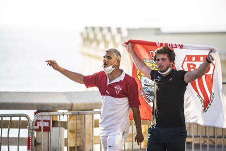 Les Fans du BOPB, Biarritz Olympique Pays Basque apres ce derby, heureux de leur victoire, de la relegation de l'AVIRON BAYONNAIS en pro D2 et du passage de leur équipe en TOP14 .Derby Aviron Bayonnais , Biarritz Olympique Pays Basque, Biarritz sortira vainqueur par tir au but 6-6 et 6-5.  The Fans of Biarritz Olympique Pays Basque, after this derby, happy with their victory, the relegation of the 'AVIRON BAYONNAIS in pro D2 and the passage of their team in TOP14. Derby Aviron Bayonnais, Biarritz Olympique Pays Basque, Biarritz will emerge victorious by shooting 6-6 and 6-5.  Biarritz, Pays basque, Nouvelle-Aquitaine, New-Aquitaine, Pyrénées-Atlantiques, Pays Basque, Europe, France.