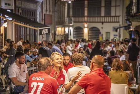 Invasion par les Fans du BOPB Biarritz Olympique Pays basque du quatier des Hallles, la police municipale doit bloquer le quartier pour stopper l'afflux des Festayres le 12 juin 2021. Les Fans apres ce derby, heureux de leur victoire, de la relegation de l'AVIRON BAYONNAIS en pro D2 et du passage de leur équipe en TOP14 .Derby Aviron Bayonnais , Biarritz Olympique Pays Basque, Biarritz sortira vainqueur par tir au but 6-6 et 6-5.  Invasion by the Fans of the BOPB Biarritz Olympique Basque country of the district of Hallles, the municipal police must block the district to stop the influx of Festayres on June 12, 2021. The Fans after this derby, happy with their victory, the relegation of the 'AVIRON BAYONNAIS in pro D2 and the passage of their team in TOP14. Derby Aviron Bayonnais, Biarritz Olympique Pays Basque, Biarritz will emerge victorious by shooting 6-6 and 6-5.  Biarritz, Pays basque, Nouvelle-Aquitaine, New-Aquitaine, Pyrénées-Atlantiques, Pays Basque, Europe, France.