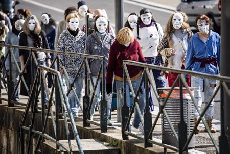 """Un groupe de Zombies, zombis traversant un pont. Performance du Collectif 64-40 à Bayonne au Pays basque, le collectif sous la houlette de Dolores Boucher à la tête de celui-ci  a déambulé ce samedi 20 mars, pour notamment revendiquer le droit à ne plus porter de masques chez les enfants entre autres. Les manifestants étaient grimés façon """"halloween"""" et se proclamaient """"zombies pour la liberté"""".  A group of Zombies, zombies are crossing a bridge. Performance of the Collectif 64-40 in Bayonne in the Basque Country, the collective under the leadership of Dolores Boucher at the head of it strolled this Saturday, March 20, to claim in particular the right to no longer wear masks among children among others . The demonstrators were dressed up as """"halloween"""" and proclaimed themselves """"zombies for freedom"""".  Bayonne, Pays basque, 64 , Nouvelle Aquitaine, Pyrénées Atlantiques, Sud Ouest, France, Europe. New Aquitaine, Basque Country."""
