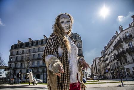 """Une femme zombi, zombie tend la main en direction de sa future victime. Performance du Collectif 64-40 à Bayonne au Pays basque, le collectif sous la houlette de Dolores Boucher à la tête de celui-ci  a déambulé ce samedi 20 mars, pour notamment revendiquer le droit à ne plus porter de masques chez les enfants entre autres. Les manifestants étaient grimés façon """"halloween"""" et se proclamaient """"zombies pour la liberté"""".  A zombie woman, zombie both hand in the direction of her future victim. Performance of the Collectif 64-40 in Bayonne in the Basque Country, the collective under the leadership of Dolores Boucher at the head of it strolled this Saturday, March 20, to claim in particular the right to no longer wear masks among children among others . The demonstrators were dressed up as """"halloween"""" and proclaimed themselves """"zombies for freedom"""".  Bayonne, Pays basque, 64 , Nouvelle Aquitaine, Pyrénées Atlantiques, Sud Ouest, France, Europe. New Aquitaine, Basque Country."""
