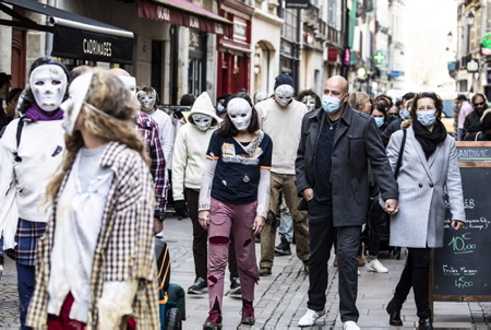 """Performance du Collectif 64-40 à Bayonne au Pays basque, le collectif sous la houlette de Dolores Boucher à la tête de celui-ci  a déambulé ce samedi 20 mars, pour notamment revendiquer le droit à ne plus porter de masques chez les enfants entre autres. Les manifestants étaient grimés façon """"halloween"""" et se proclamaient """"zombies pour la liberté"""".  Performance of the Collectif 64-40 in Bayonne in the Basque Country, the collective under the leadership of Dolores Boucher at the head of it strolled this Saturday, March 20, to claim in particular the right to no longer wear masks among children among others . The demonstrators were dressed up as """"halloween"""" and proclaimed themselves """"zombies for freedom"""".  Bayonne, Pays basque, 64 , Nouvelle Aquitaine, Pyrénées Atlantiques, Sud Ouest, France, Europe. New Aquitaine, Basque Country."""